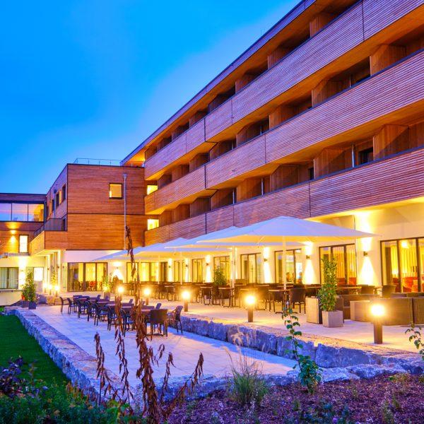Hotelanlage am Abend