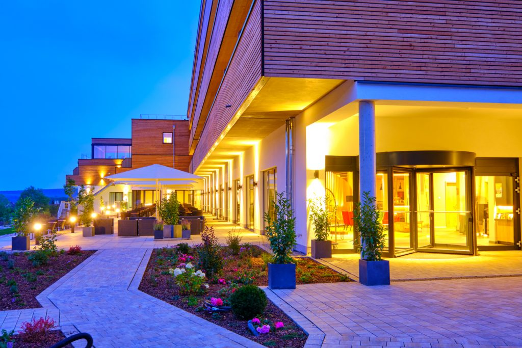 Hotelanlage des Sonnenhotels Weingut Römmert am Abend