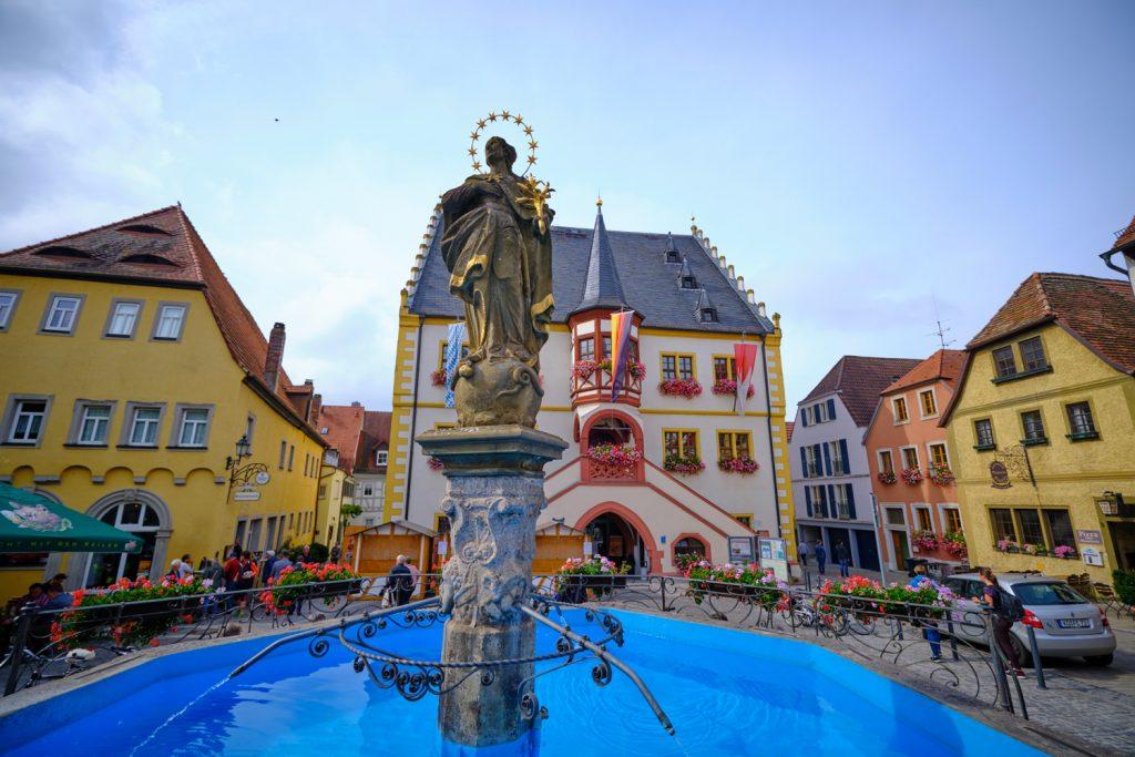Marktplatz Volkach mit Brunnen und Brunnenfigur