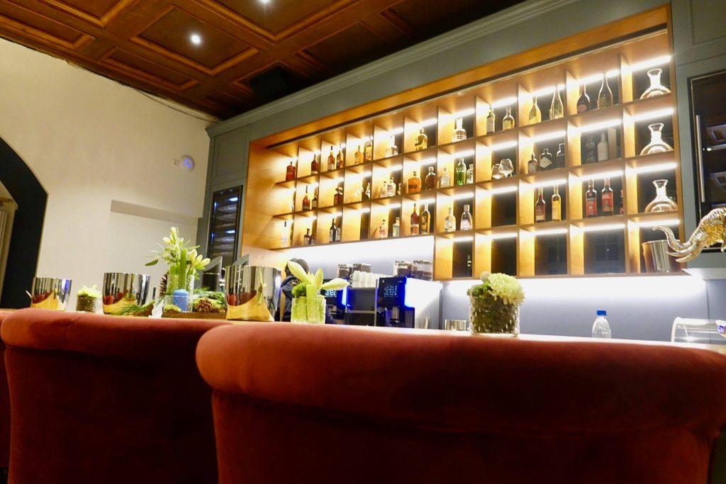 Hotelbar mit Roten Sesseln