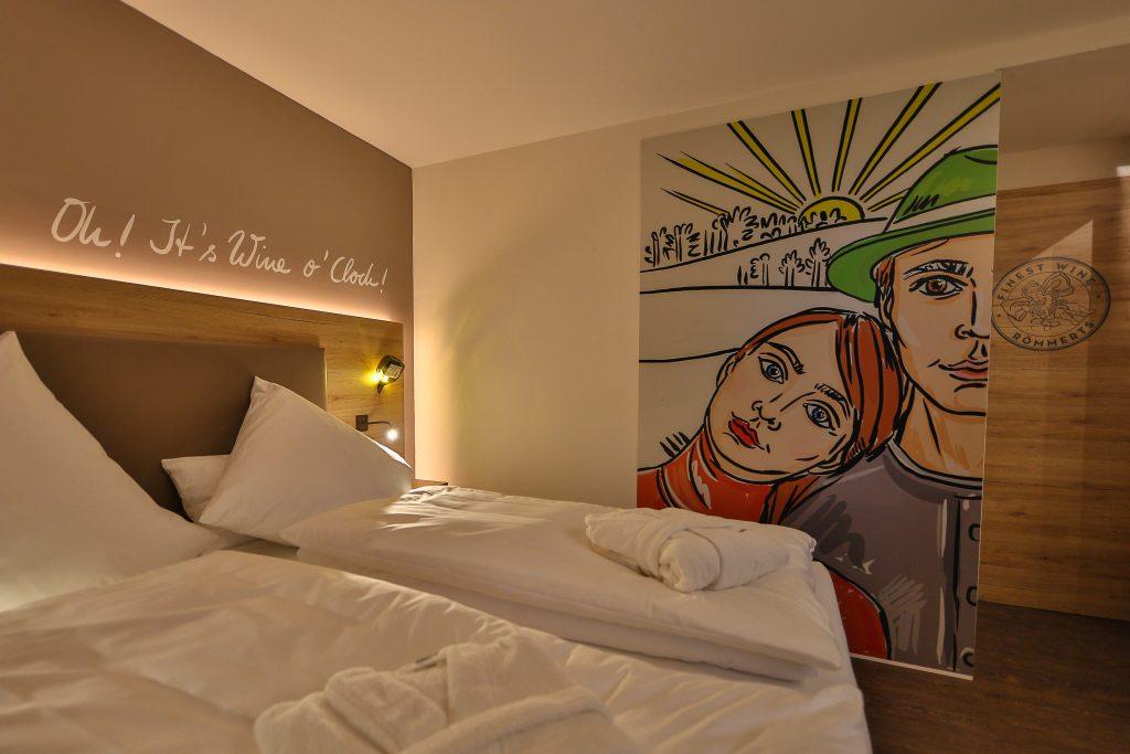 Doppelbettzimmer mit kunstvoller Schiebetür zum Badezimmer