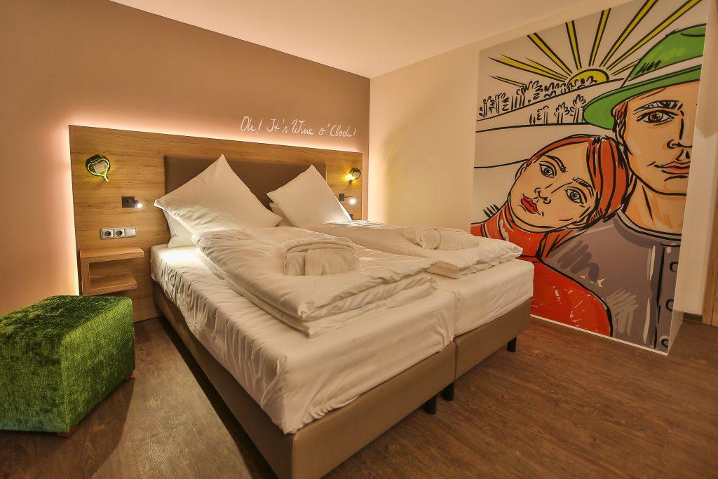 Doppelbettzimmer mit schöner Schiebetür zum Badezimmer