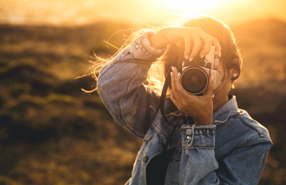 Frau mit einer Kamera
