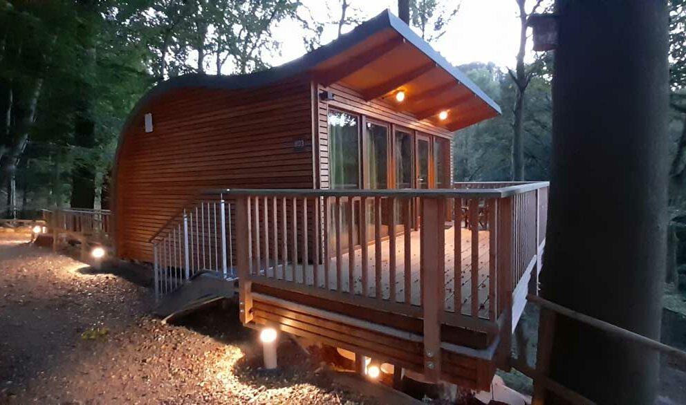 Baumhaus mit Außenlichtern