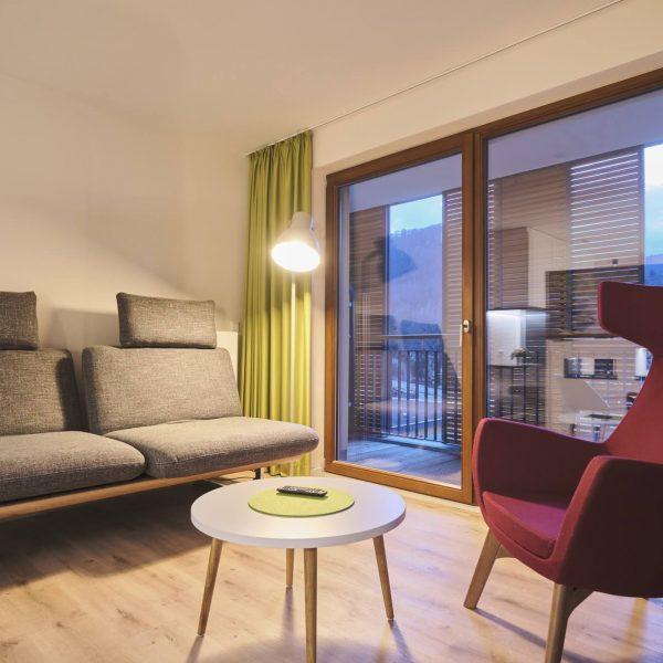 Helles Hotelzimmer mit moderner Inneneinrichtung