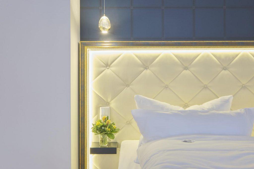 hell beleuchtetes Doppelbett Mit Designerlampe