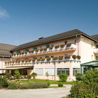 Hotelgebäude Maltschacher See am Tag
