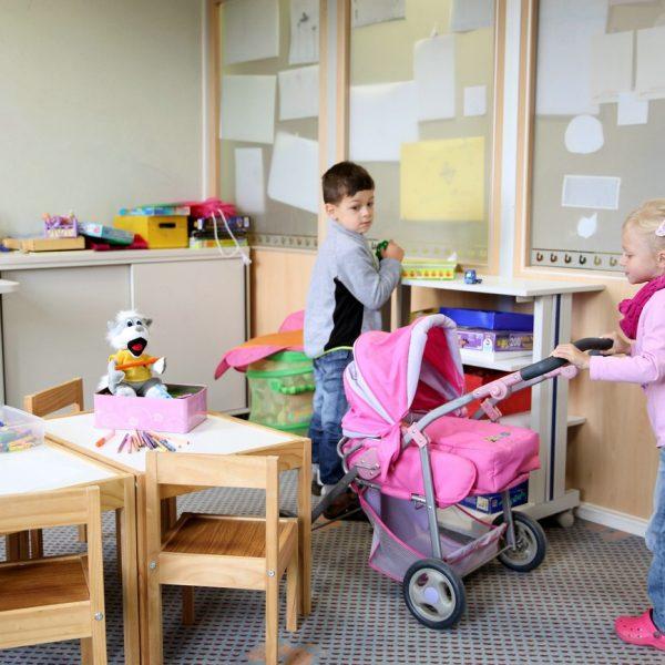 Kinder Spielen im Kinderspielzimmer des Hotels