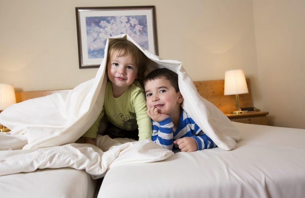 Kinder im Doppelbett