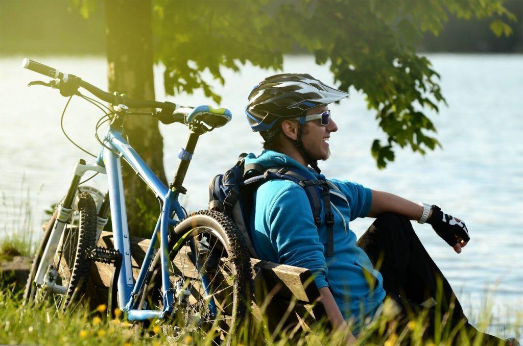 Radfahrer macht eine Pause am See