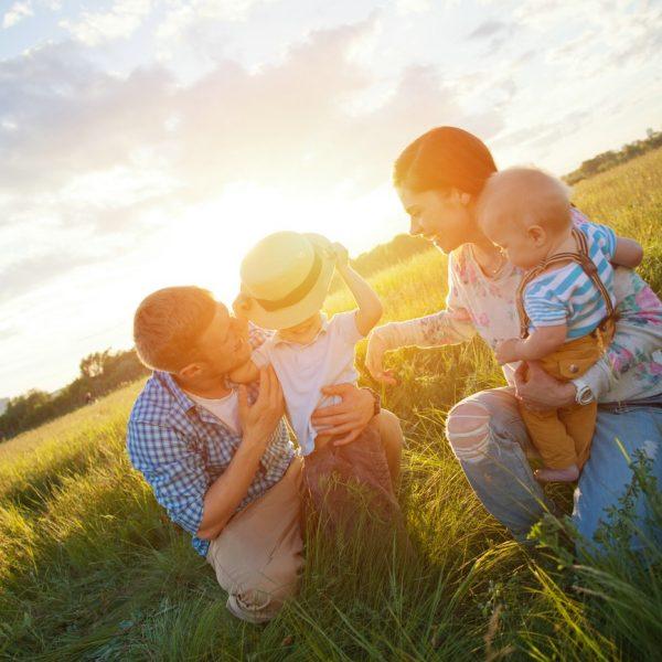Eltern mit ihren kindern auf einer Wiese