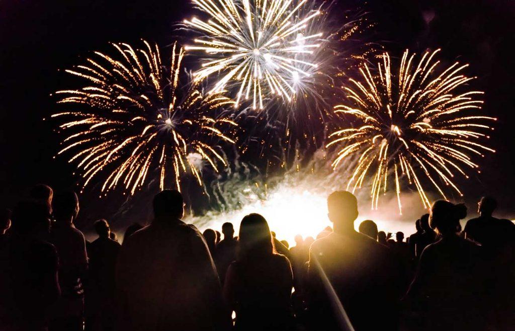 Menschenmenge sieht sich Feuerwerk an