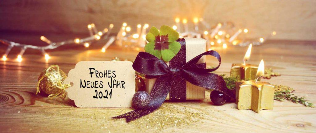 Neujahrsgeschenk mit einem Vierblättrigem Kleeblatt