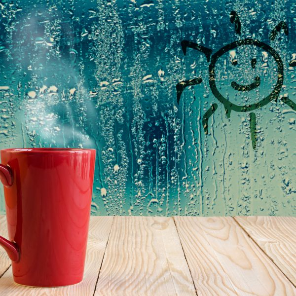 verregnete Fensterscheibe und Tee