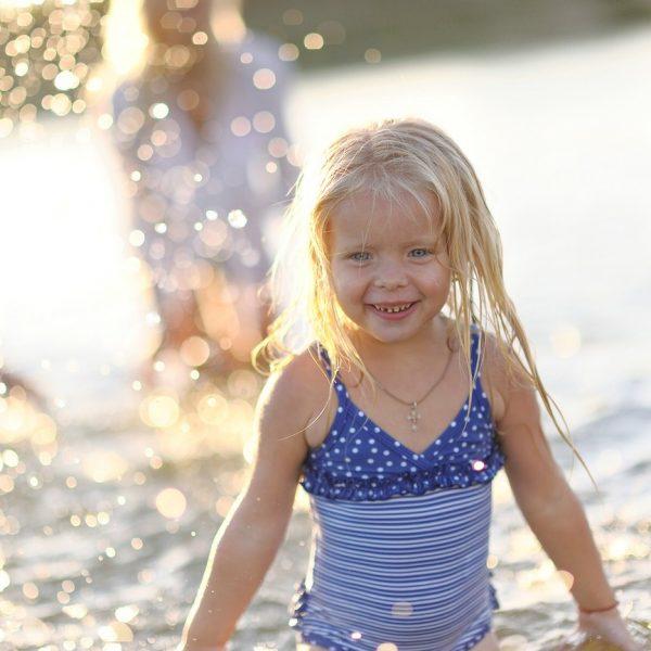 Mädchen spielt im See