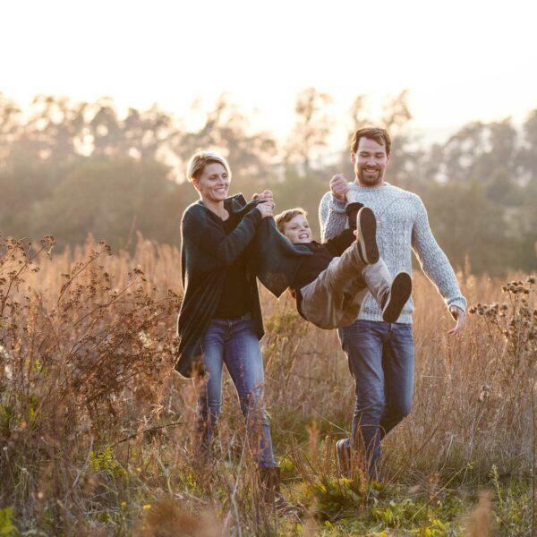 Familie im hohen Gras