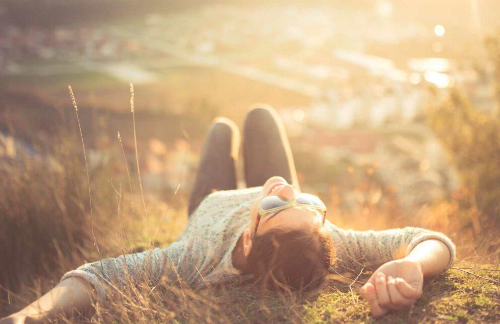 Frau liegt glücklich in der Natur