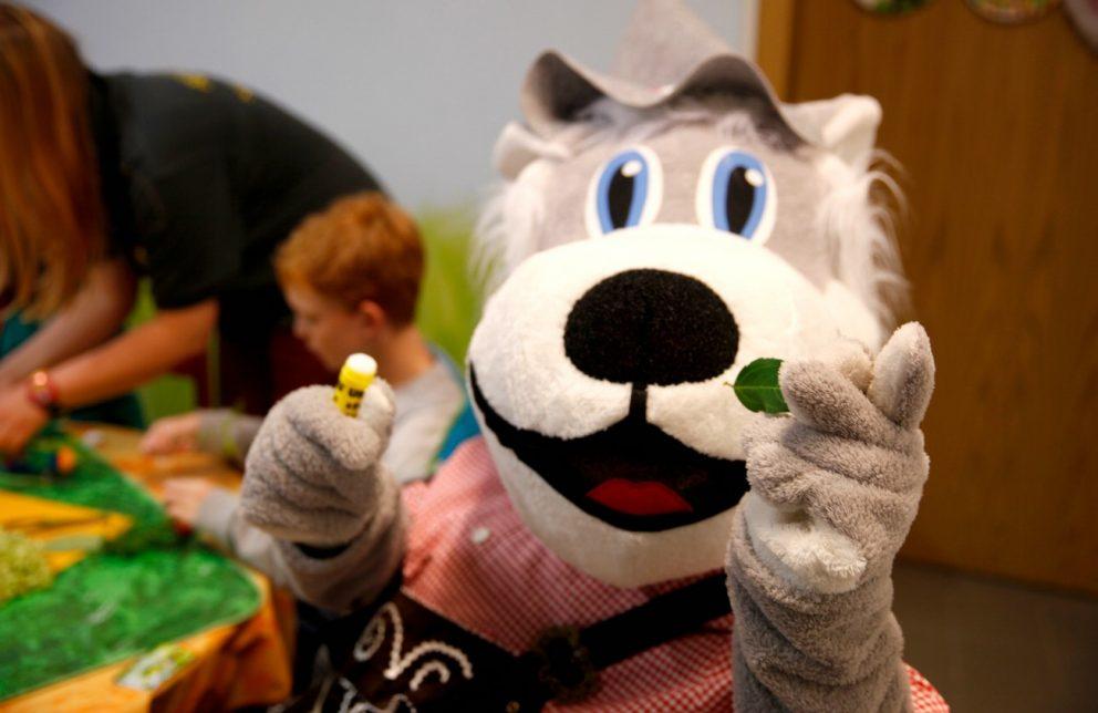 Sonnenwolfi bastelt im Kinderklub