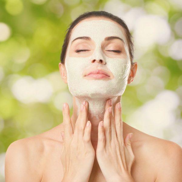 Frau mit einer Kosmetikmaske