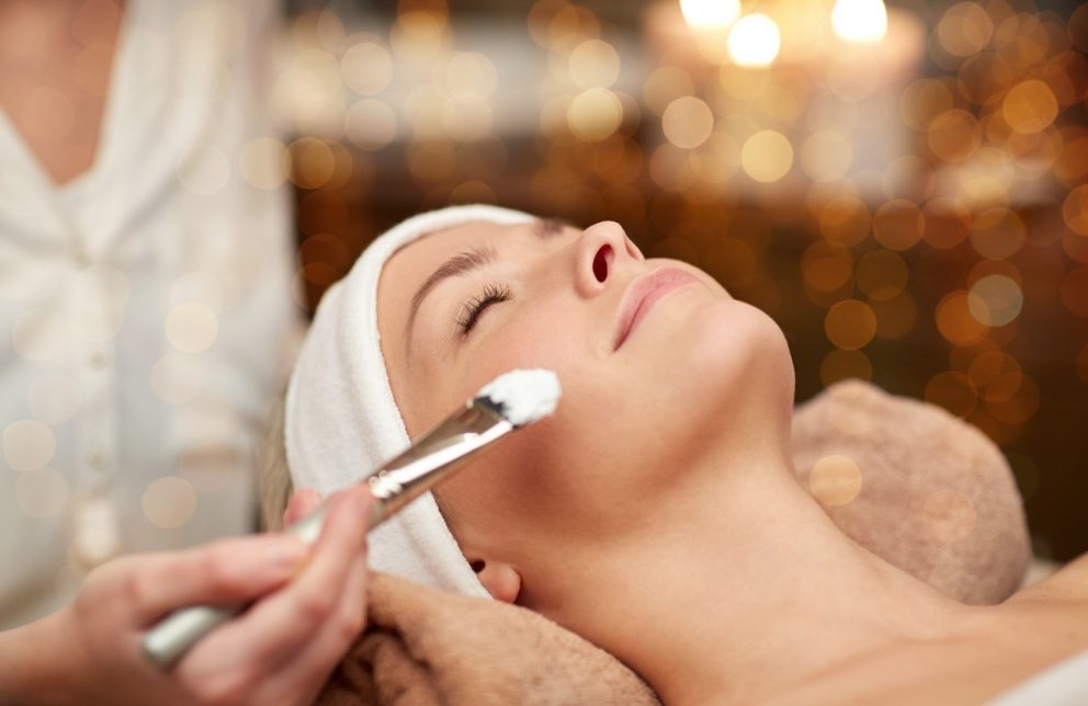 Frau bei der Gesichtsbehandlung