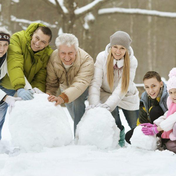 Familie baut einen Schneemann