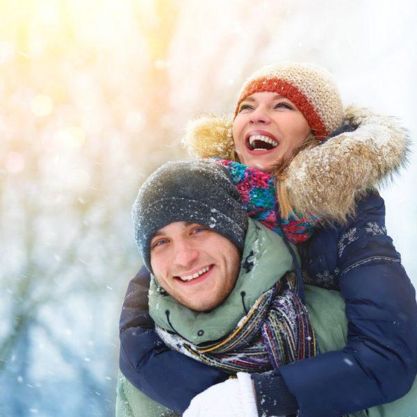 Paar hat spaß im Schnee